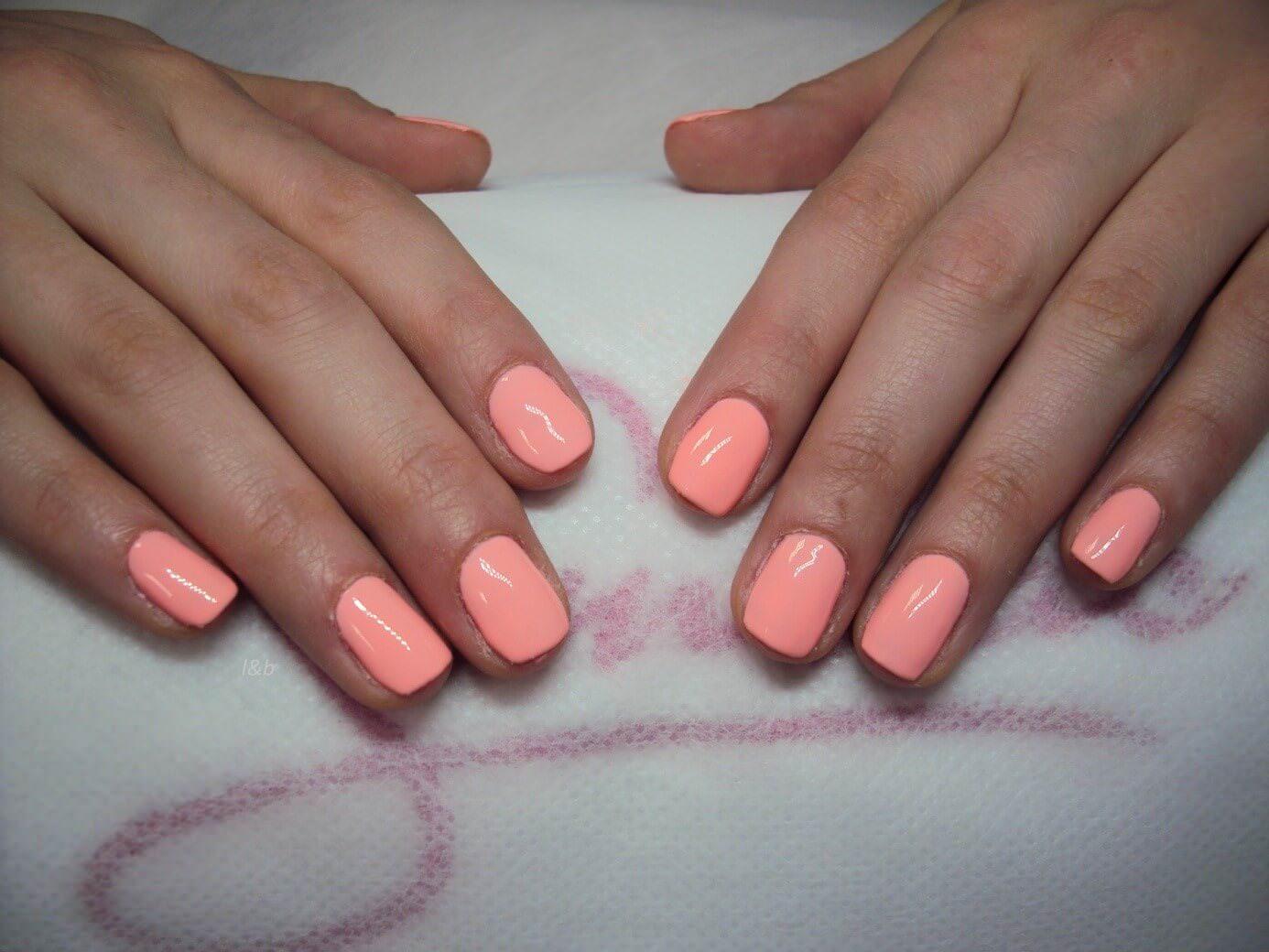 nakładanie-bazy-przygotowanie-paznokci-hybrydowych-kolor