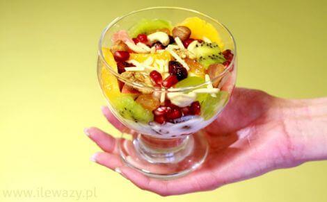 salatka-owocowa-z-jogurtem-porcja