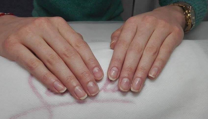 Dezynfekcja paznokci przed przygotowaniem manicure hybrydowego