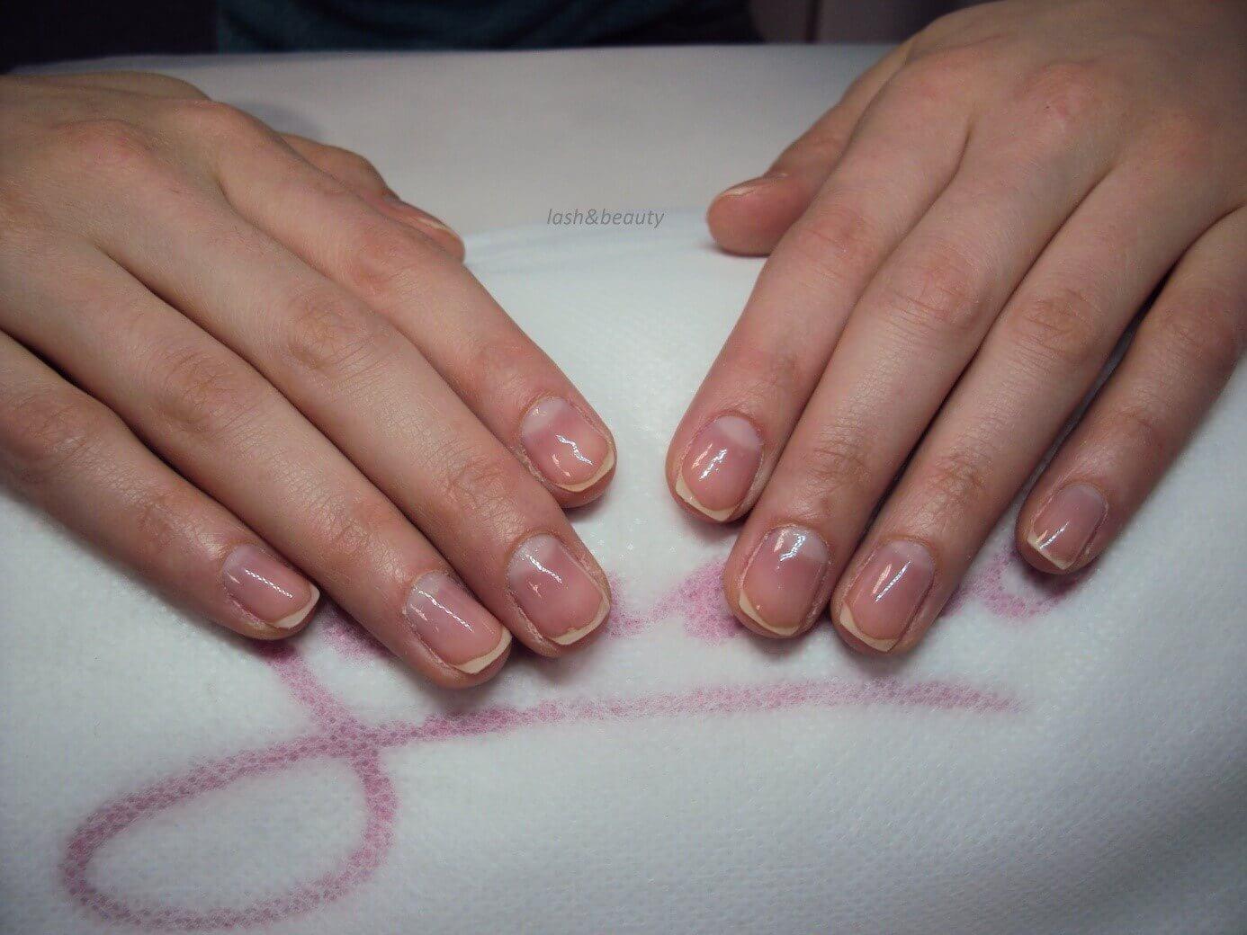 Nakładanie bazy na paznokcie